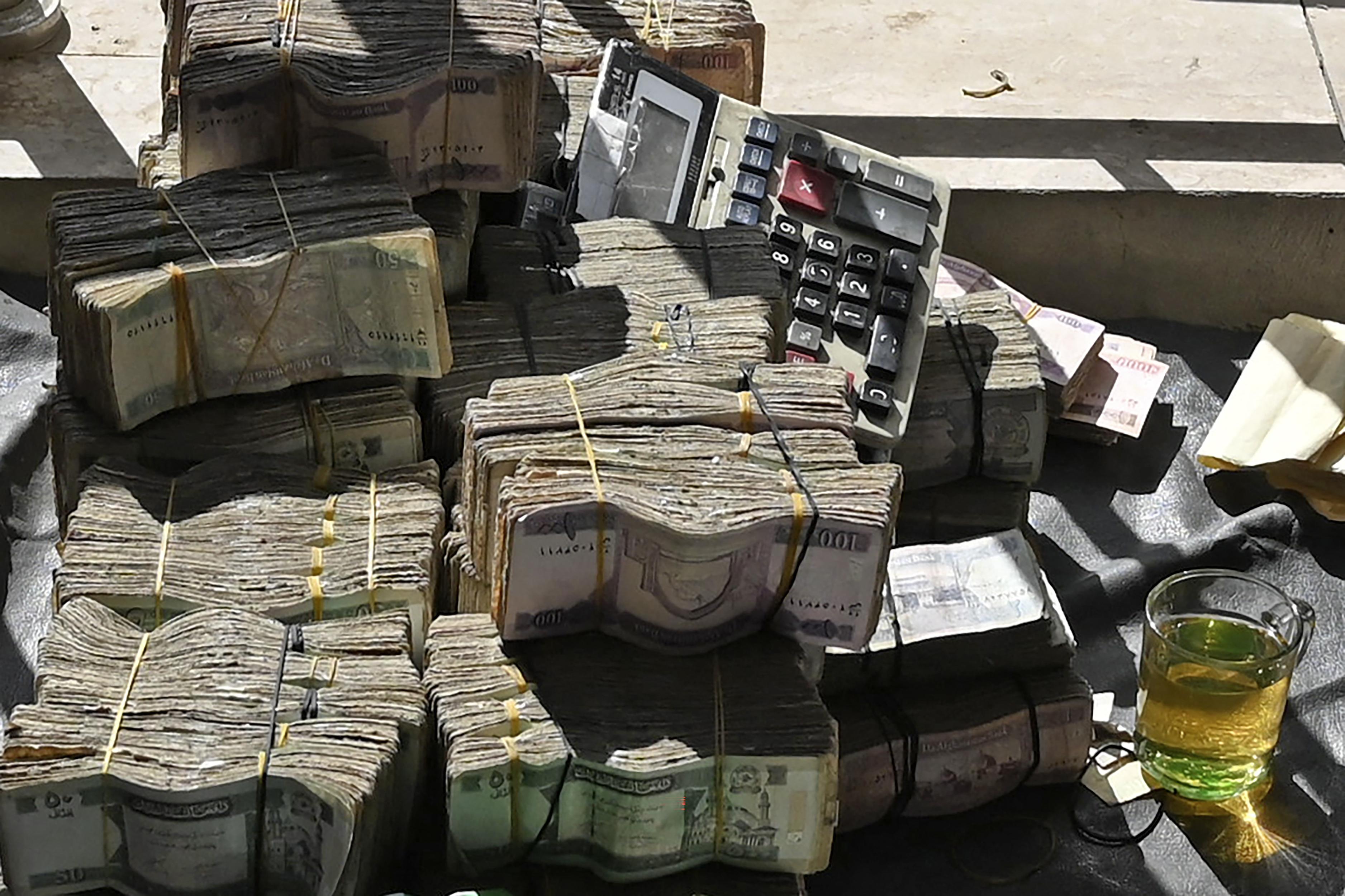تحديد سقوف محددة للسحوبات اليومية في البنوك الأفغانية