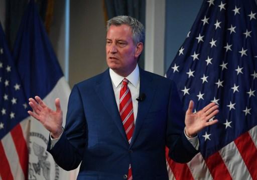 أعلن عمدة مدينة نيويورك بل دي بلاسيو، بعد ضغوط، إغلاق مدارس المدينة مؤقتا على خلفية انتشار فيروس كورونا