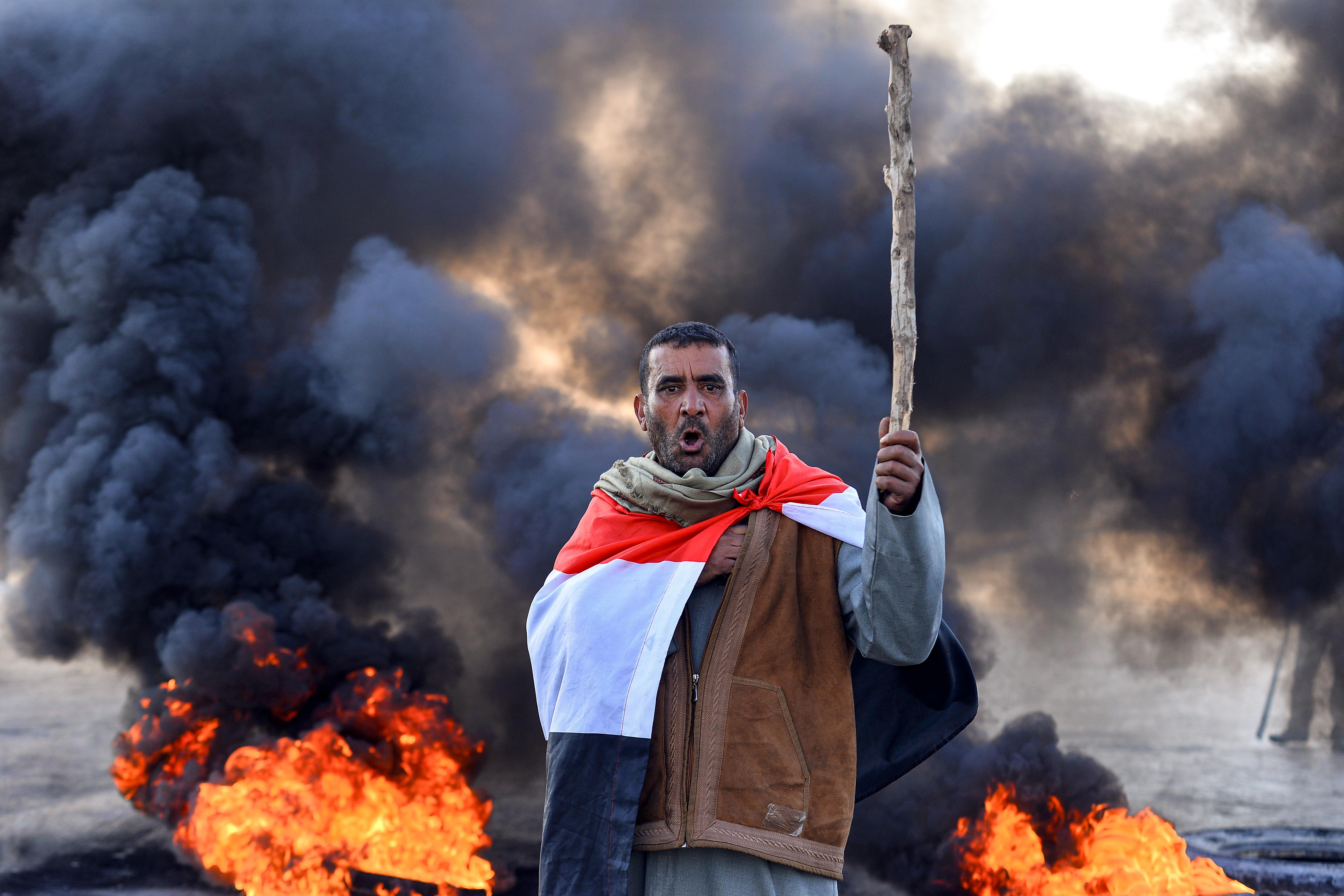 متظاهر في العراق ضد تكليف محمد توفيق علاوي رئيسا للوزراء في البلاد