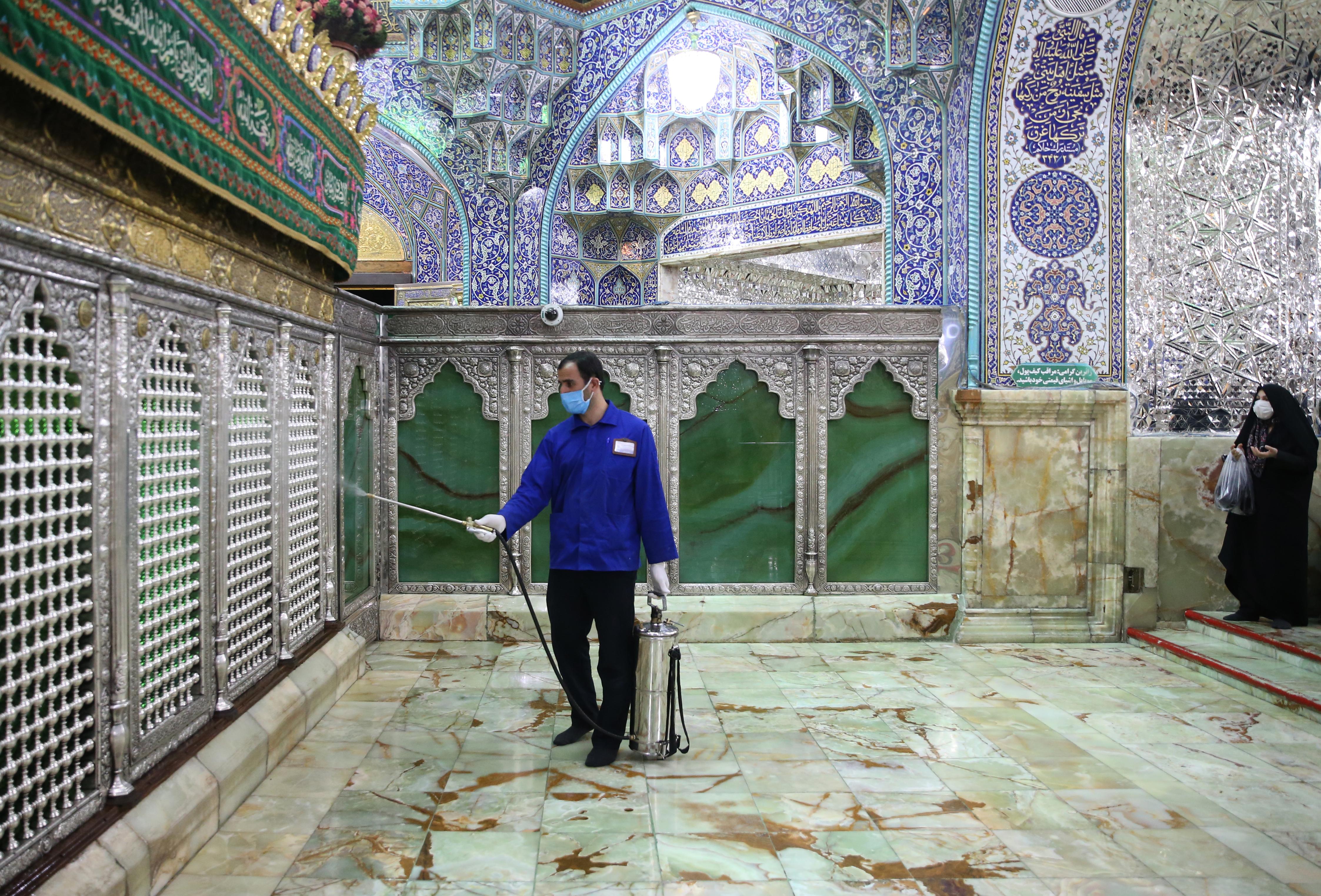 تطهير بعض الأضرحة والمزارات الدينية في إيران بعد أنباء عن وفيات بفيروس كورونا المستجد