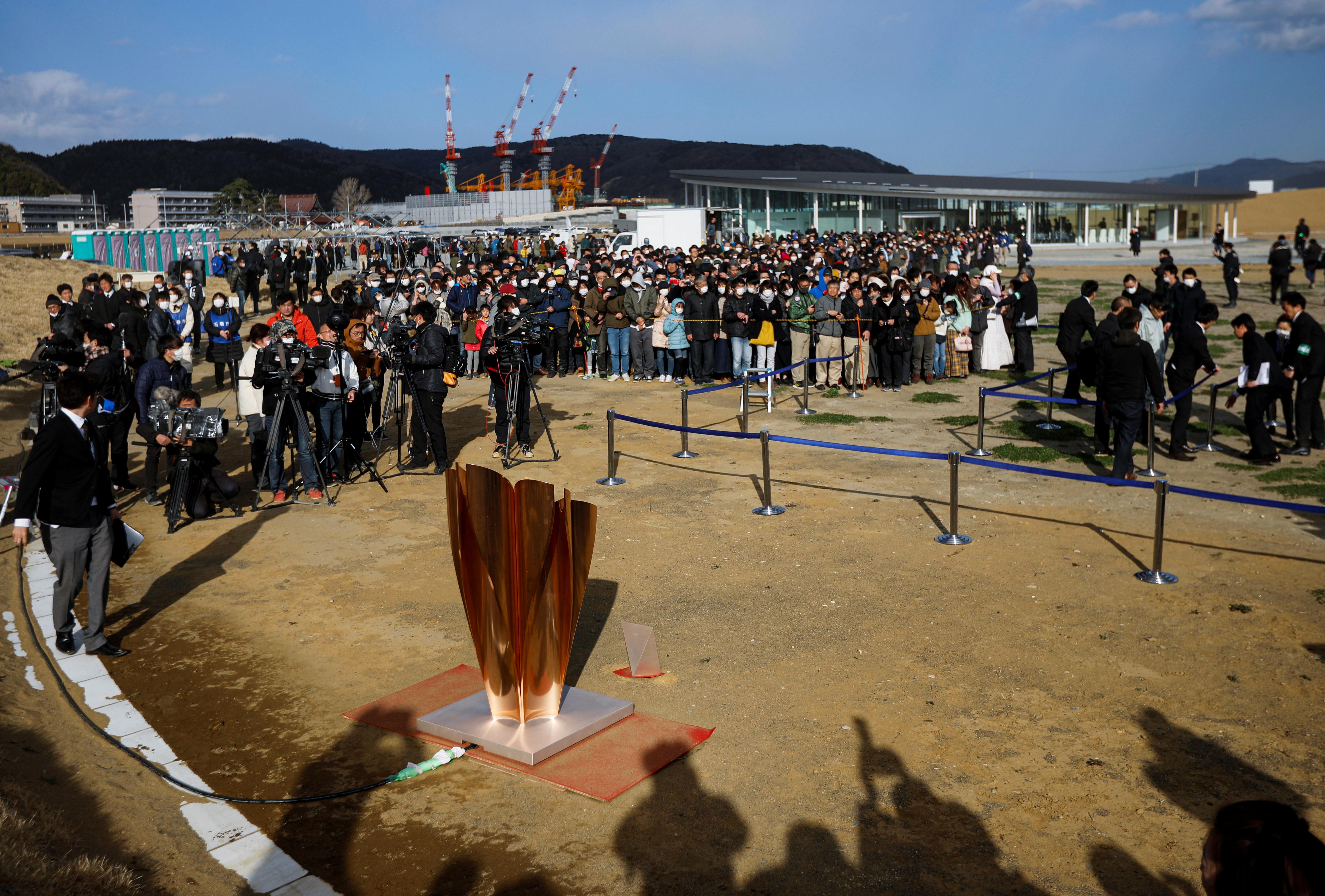 توافد الآلاف لرؤية الشعلة الأولمبية برغم فيروس كورونا