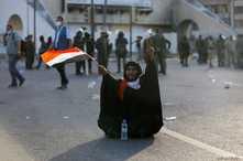 عراقية ترفع شارة النصر.