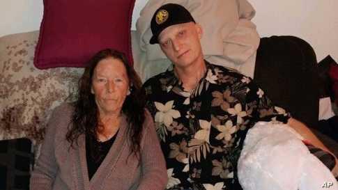 مايكل ر وايت مع والدته جوانا وايت. صورة أرشيفية نشرها المحامي مارك زيد