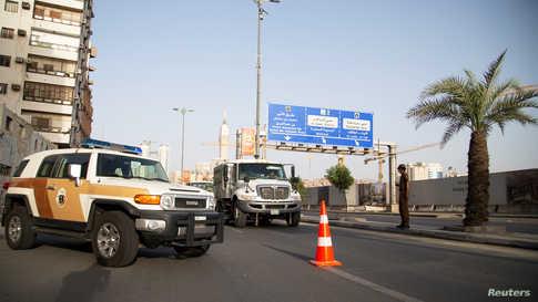 كانت السعودية قد حظرت السفر من وإلى الرياض ومكة والمدينة وعلقت الصلاة في المساجد وأغلقت الحرم المكي أمام المعتمرين والحجاج.