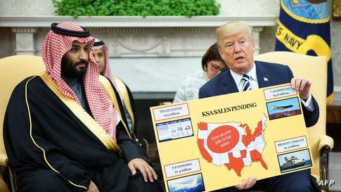 الرئيس الأميركي دونالد ترامب وولي العهد السعودي محمد بن سلمان خلال عرض لصفقة بيع أسلحة بين البلدين