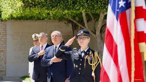 نورلاند وبلوم خلال يوم الذكرى من أمام المقبرة العسكرية بتونس