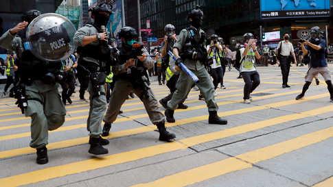 الشرطة تطلق غاز الفلفل على المتظاهرين في هونغ كونغ
