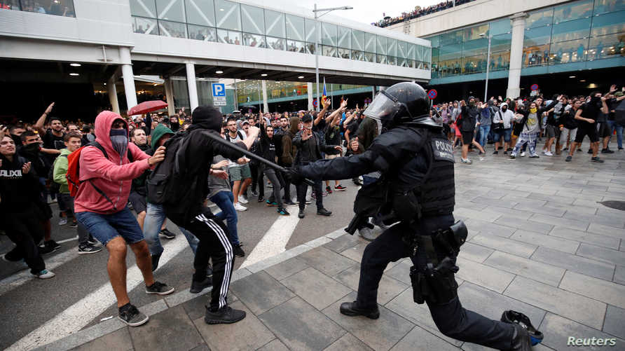 اشتباك بين محتجين والشرطة الإسبانية في مظاهات بمطار برشلونة في 14 أكتوبر 2019