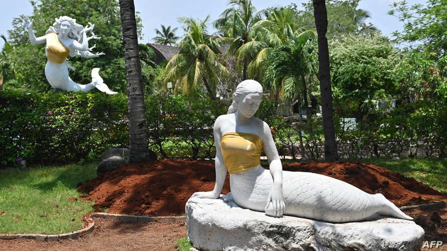 التمثالان المغطيان في حديقة أنكول بجاكرتا