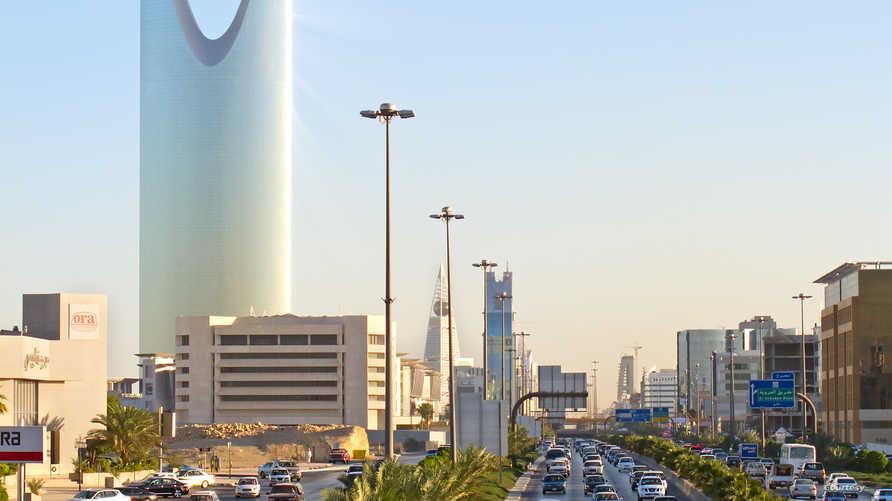 تراجع عائدات النفط سيلقي بظلاله على الاقتصاد السعودي