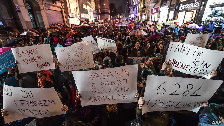 نساء تركيات يرفعن لافتات كتب عليها: سنقاوم من أجل علمانية دائمة... تحيا المرأة (أ ف ب)