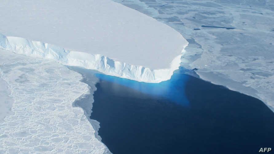 ذوبان الجليد في المناطق القطبية بفعل الاحتباس الحراري