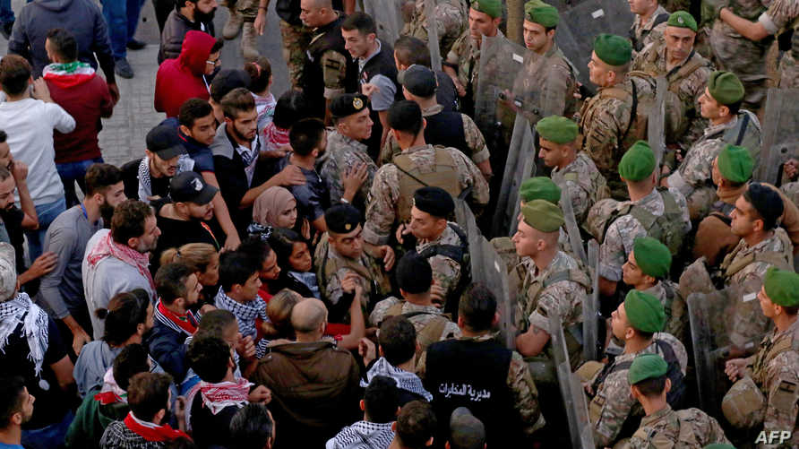 شهدت بعض الطرق تدافعا بين المحتجين الذين أغلقوا الطرقات والجيش الذي يحاول فتحها