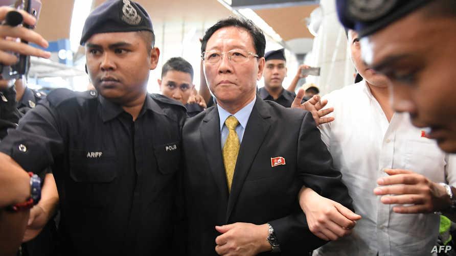 السفير الكوري الشمالي أثناء مغادرته ماليزيا