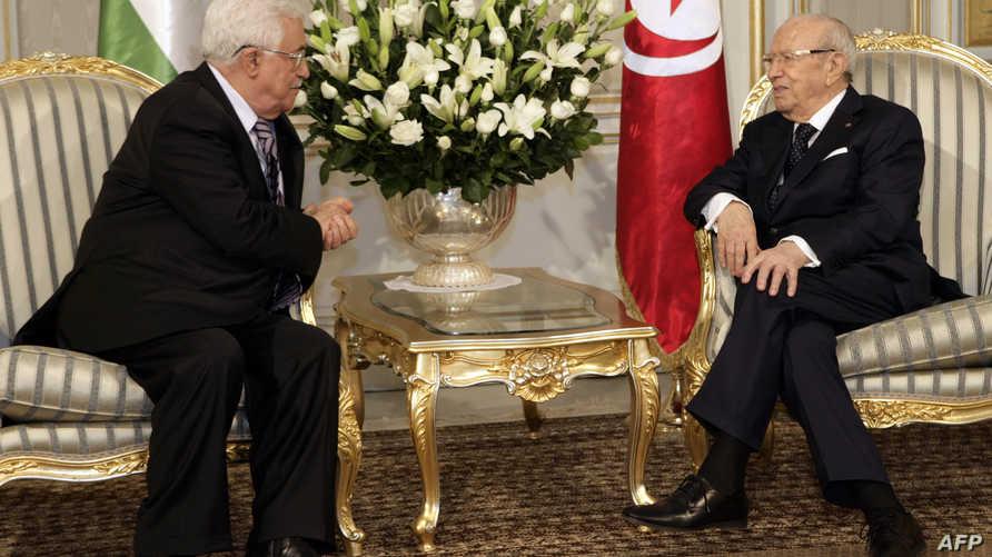 رئيس السلطة الفلسطينية محمود عباس يجري مباحثات في تونس مع الرئيس التونسي الباجي قائد السبسي
