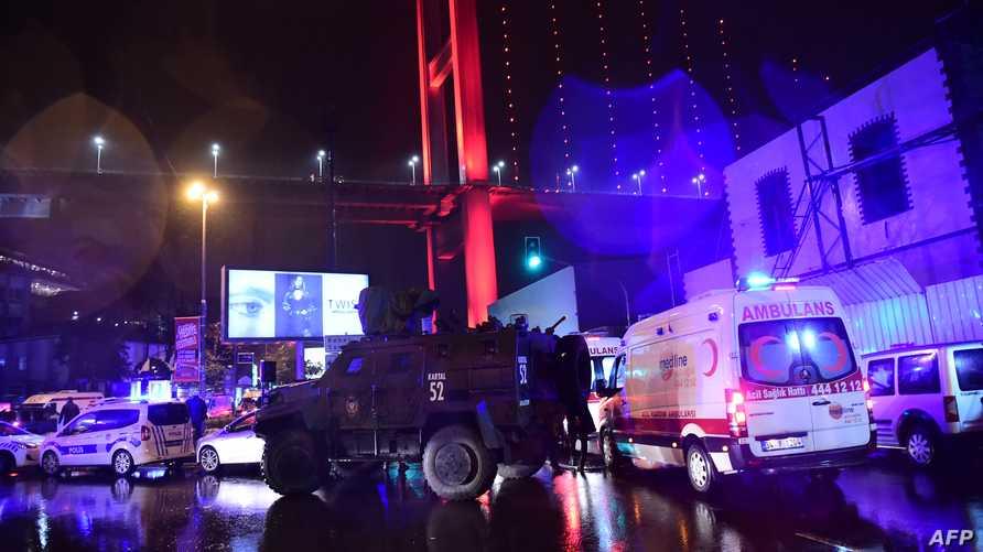 قوات الأمن التركية وسيارات الإسعاف في موقع الهجوم في اسطنبول