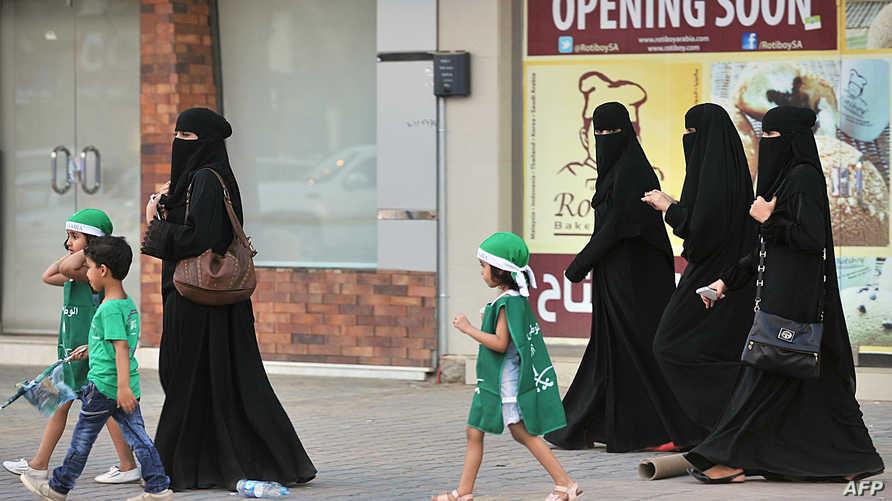 سعوديات برفقة أطفال في أحد شوارع الرياض
