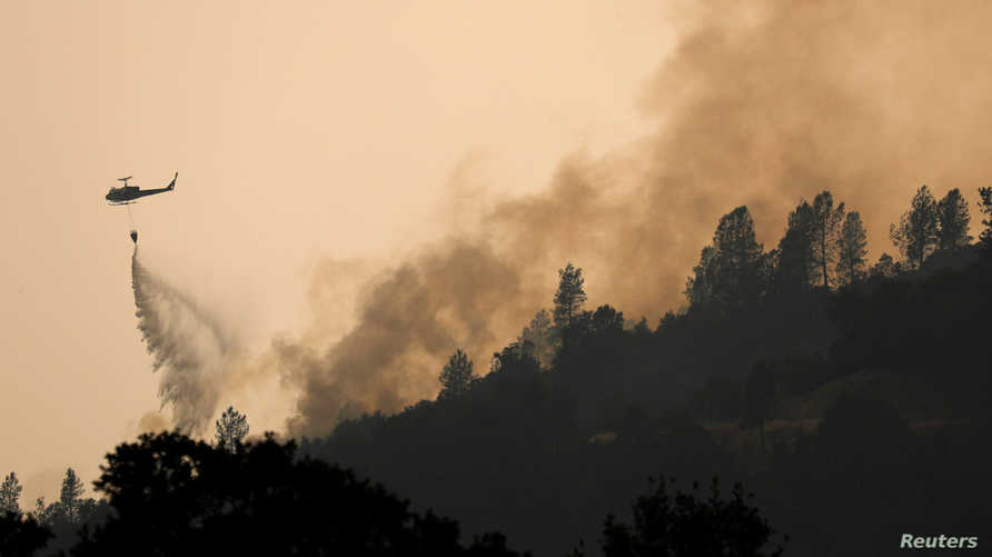 طائرة مروحية تشارك في عمليات إطفاء الحرائق في كاليفورنيا