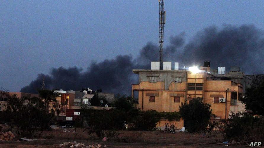 تصاعد الدخان في طرابلس جراء الاشتباكات بين إسلاميين وقوات الأمن الليبية