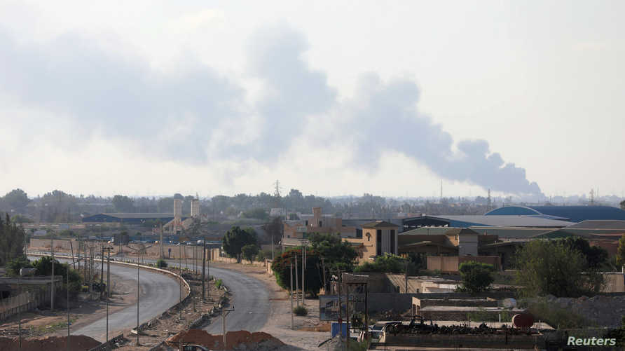 الدخان يتصاعد خلال مواجهات في طرابلس
