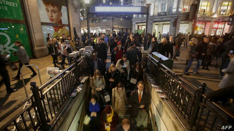 أشخاص خارج محطة مترو أوكسفورد سيركس بعد إعادة فتح المنطقة
