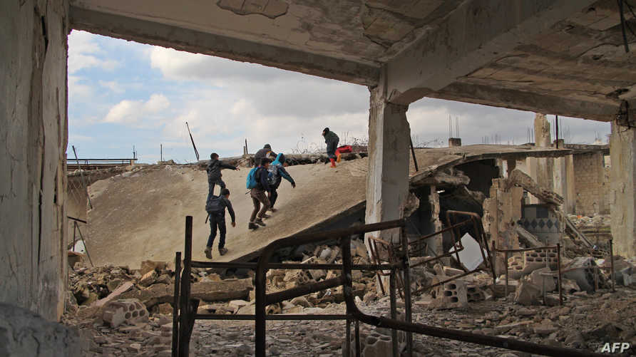 طلاب سوريون في مدرسة مدمرة في إدلب