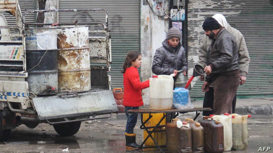 سوريون يشترون البنزين في إدلب بعد دخول الهدنة حيز التنفيذ