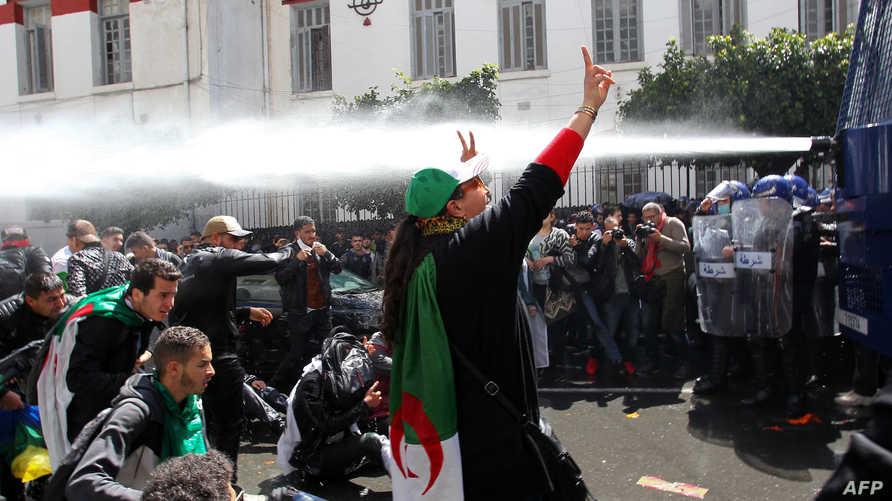 طالبة جزائرية في مواجهة خراطيم المياه