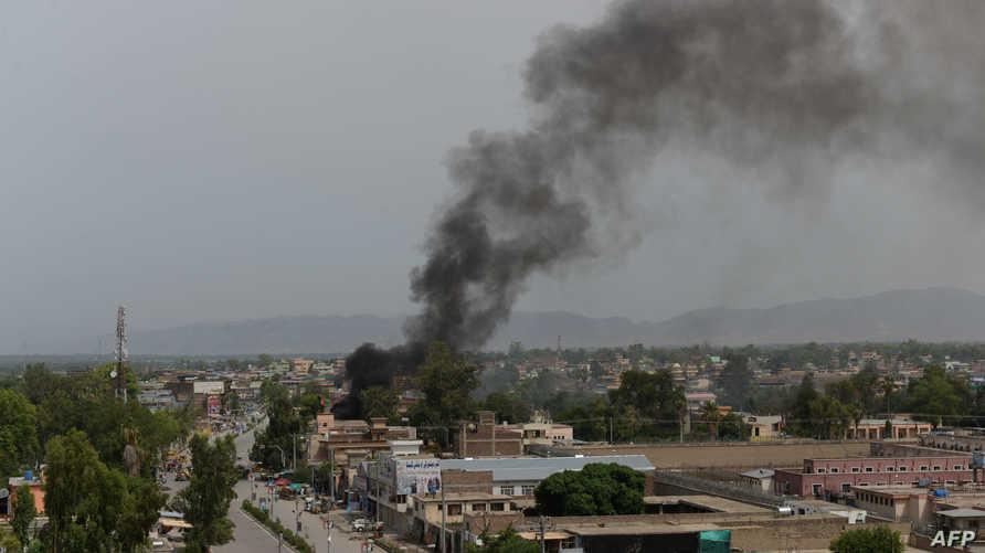 الدخان يتصاعد من موقع الهجوم في جلال أباد