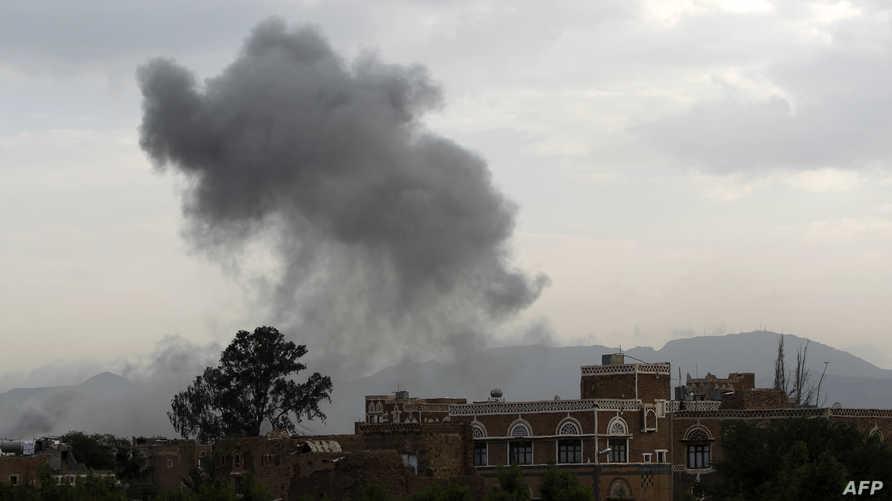 دخان يتصاعد من مبنى في صنعاء عقب غارة للتحالف نهاية آب أغسطس الماضي