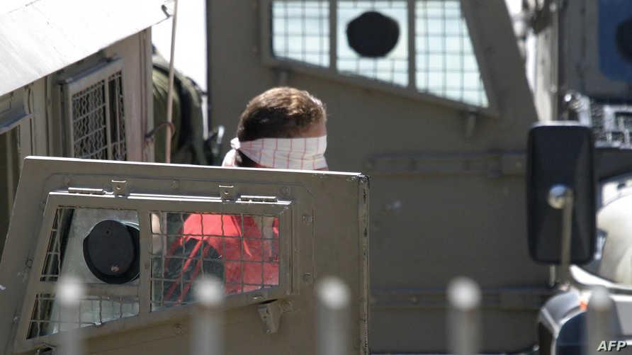 فلسطيني بعد أن اعتقله الجيش الإسرائيلي في الخليل- أرشيف