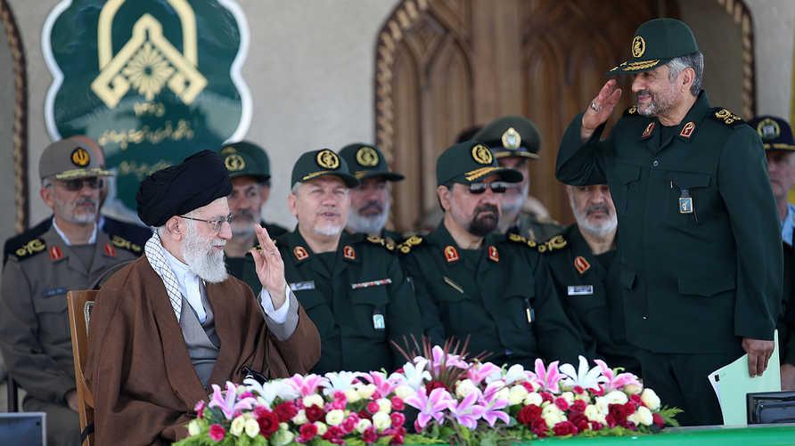 قائد الحرس الثوري الإيراني السابق محمد علي جعفري أمام مرشد الثورة الإيرانية علي خامنئي