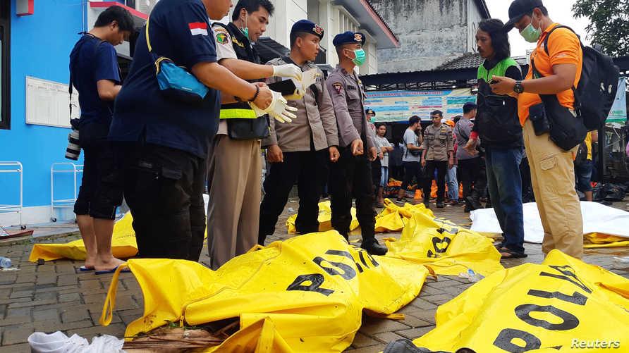 جثث مواطنين لقوا مصرعهم بسبب تسونامي