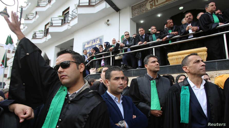 قضاة يشاركون في وقفة احتجاجية للمطالبة باستقلال نظام العدل في الجزائر بتاريخ 31 أكتوبر 2019