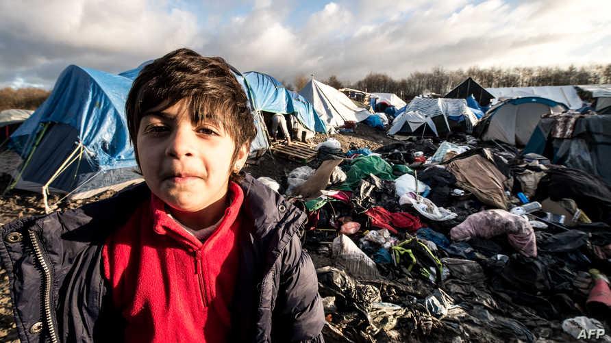 طفل كردي عراقي في مخيم للمهاجرين واللاجئين في شمال فرنسا