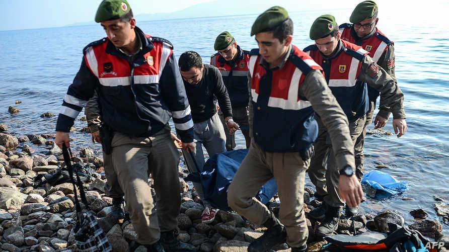 عناصر في الدرك التركي يحملون جثة مهاجر غرق في البحر - أرشيف