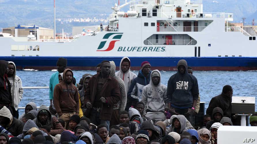 مهاجرون وصلوا السواحل الإيطالية في انتظار السماح لهم بالعبور.