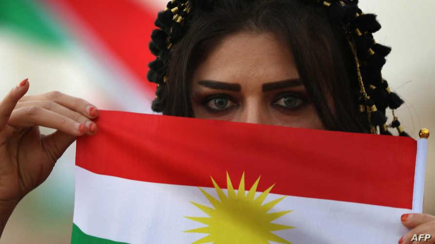 شابة كردية إيرانية في احتفال لدعم استقلال إقليم كردستان عن العراق (أرشيف)