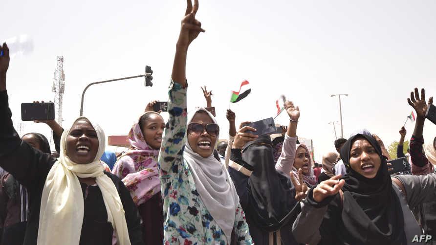 متظاهرات سودانيات يحتفلن عقب الإعلان عن خلع البشير