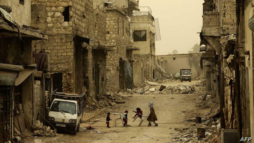 أطفال سوريون يلعبون في حي كرم الجبل شمالي حلب