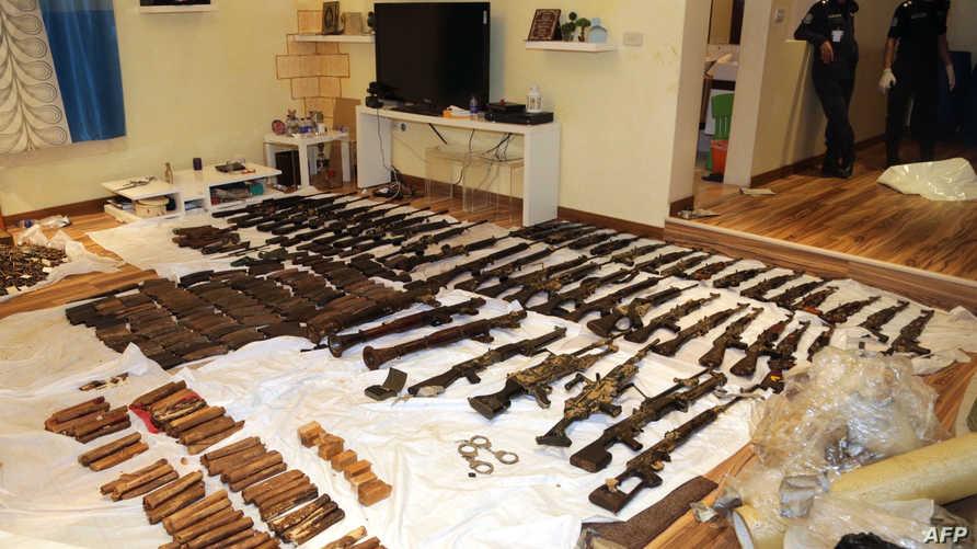متفجرات وأسلحة وذخيرة عثرت عليها السلطات الكويتية في إطار عملية أمنية أسفرت عن تفكيك خلية العبدلي
