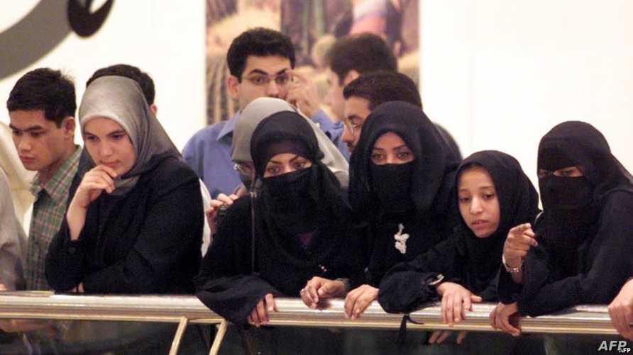 نساء إماراتيات في أحد مراكز التسوق في دبي