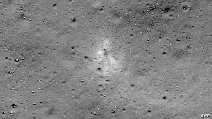 """صورة وزعتها ناسا تظهر موضع ارتطام مركبة الإنزال الهندية """"فيكرام"""""""