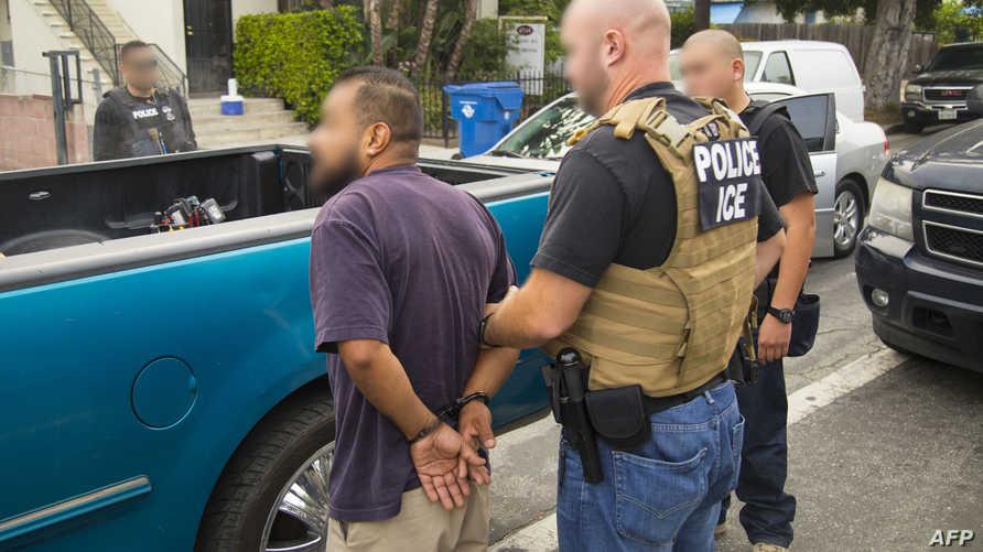 أحد عناصر شرطة الهجرة والجمارك المعروفة اختصارا بـICE
