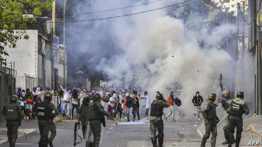 متظاهرون وقوات أمن في فنزويلا