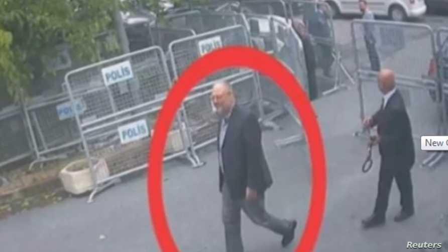 خاشقجي يمشي داخل القنصلية السعودية في اسطنبول