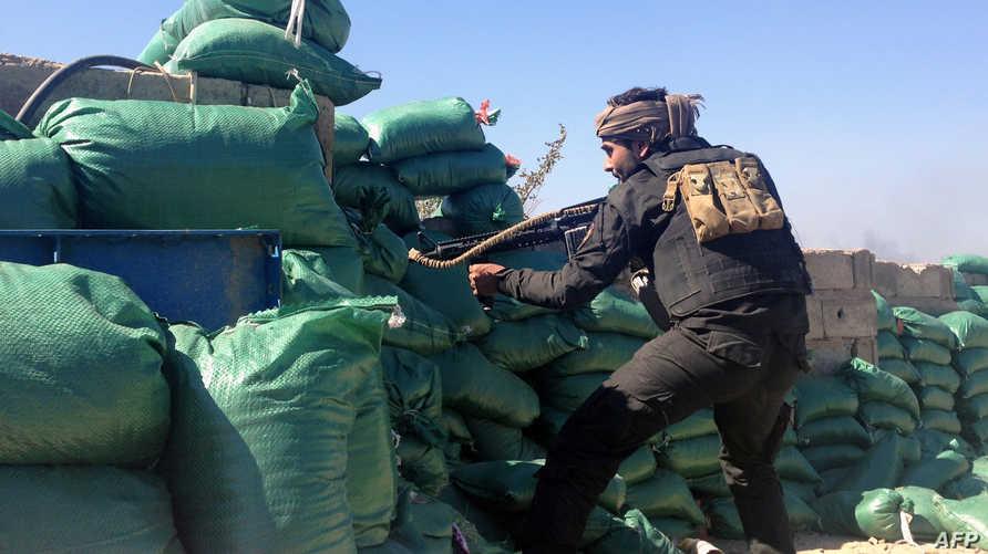 أحد مسلحي العشائر خلال اشتباكات مع عناصر داعش في أحد أحياء الرمادي