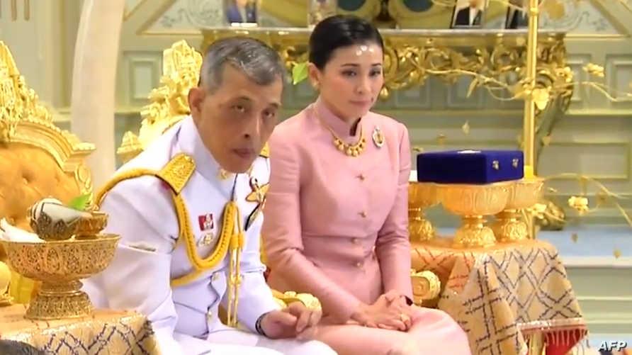 ملك تايلاند ماها فاجيرونغكورن وزوجته الجديدة وحارسته الشخصية سوثيدا فاجيرونغكورن