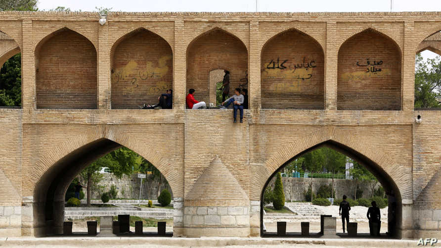 ظهور التربة أسفل جسر سيوسيبول بمدينة أصفهان بعد جفاف المياه تماما