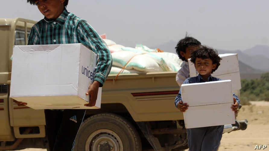 أطفال نازحون في اليمن يتلقون مساعدات إنسانية- أرشيف